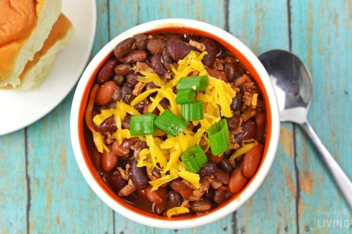 easy crockpot chili featured